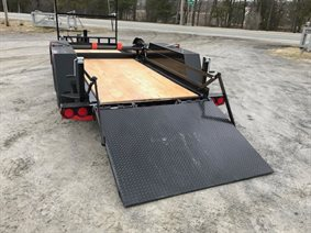 Asphalt roller trailer with automatic ramp